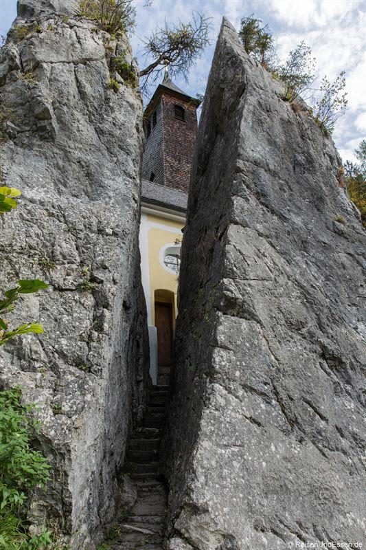 Gespaltener Fels bei Maria Klobenstein im Kaiserwinkl in Tirol