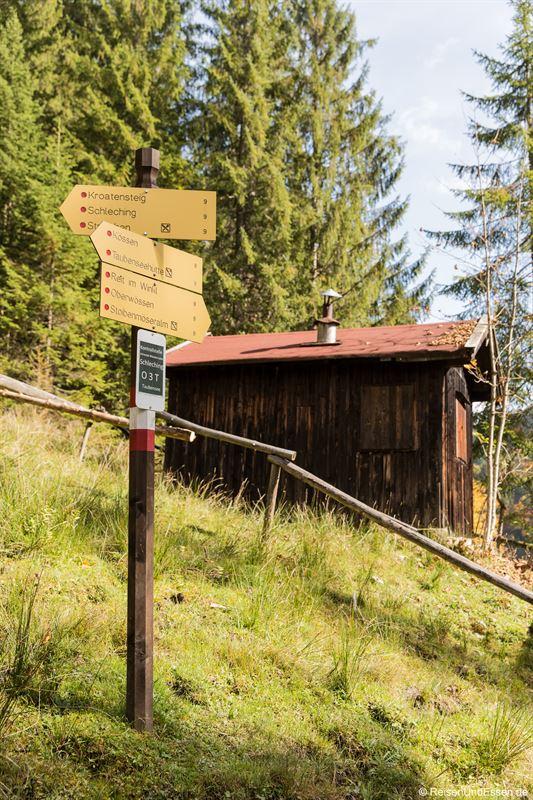 Alte Grenzstation und Wegschilder beim Taubensee