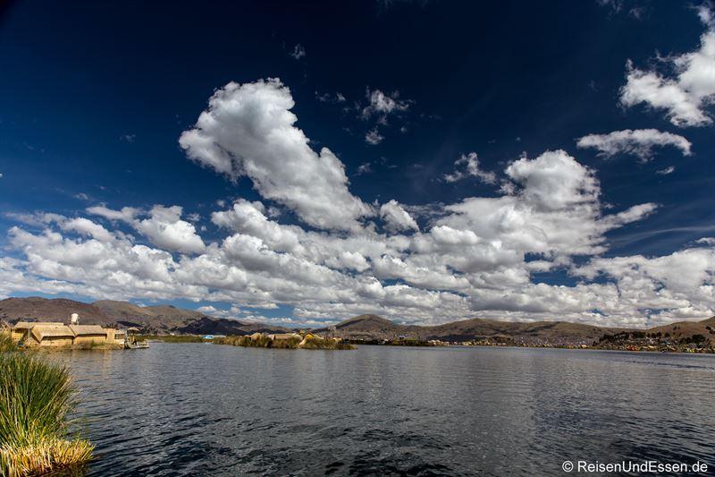 Blick über den Titicacasee von der schwimmenden Insel