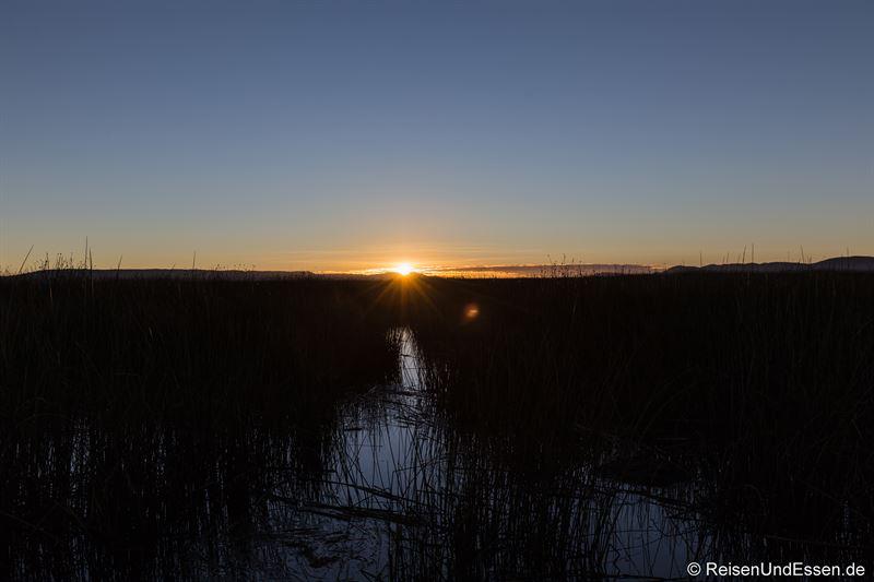 Sonnenaufgang auf der schwimmenden Insel der Uros