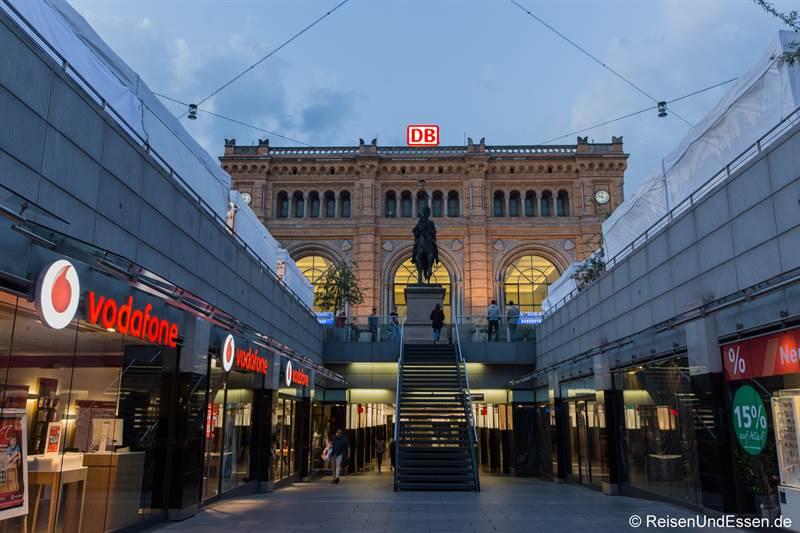 Einkaufsbahnhof Hannover mit Reiterstandbild Ernst August