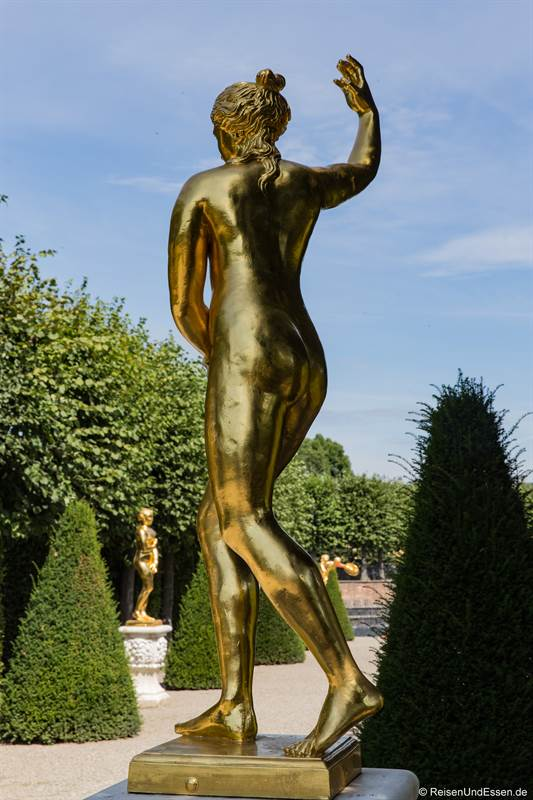 Goldene Figur im Gartentheater