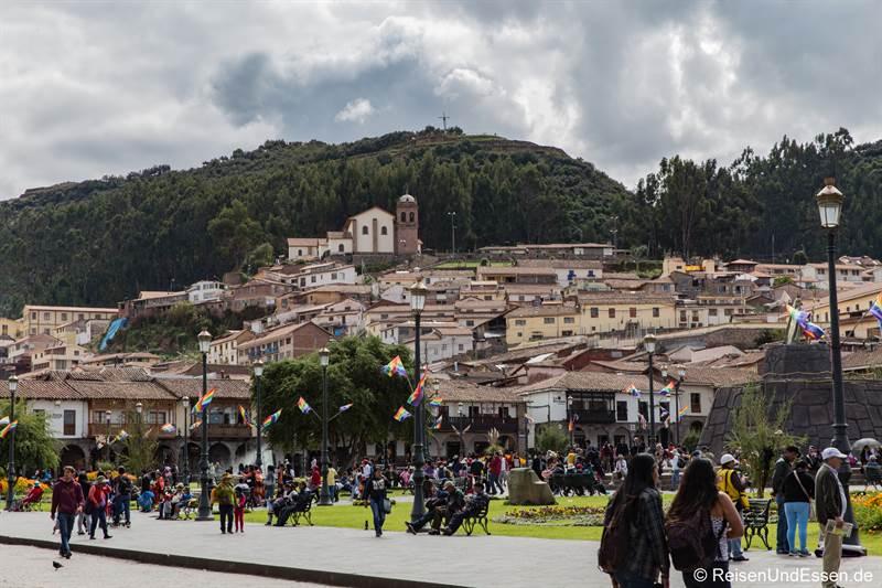 Blick auf Cristo Blanco vom Plaza de Armas