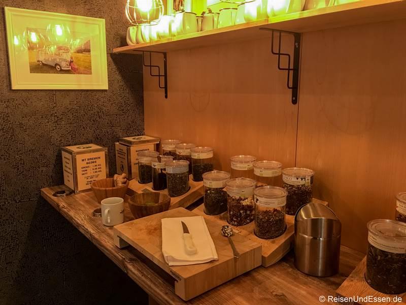 Raum mit Auswahl an verschiedenen Teesorten