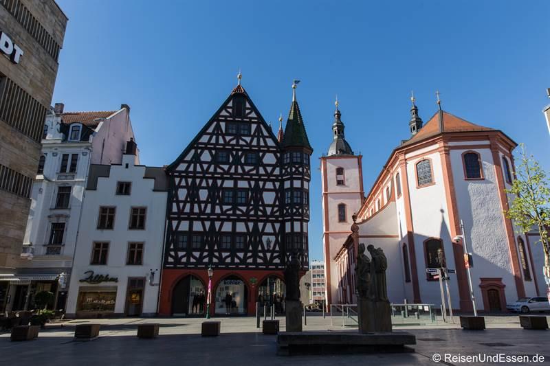 Fachwerkhaus und Stadtpfarrkirche am Borgiasplatz in Fulda