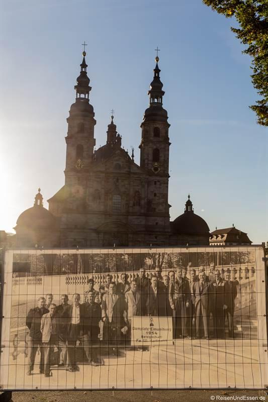 Plakat mit Bauherren des Doms in Fulda