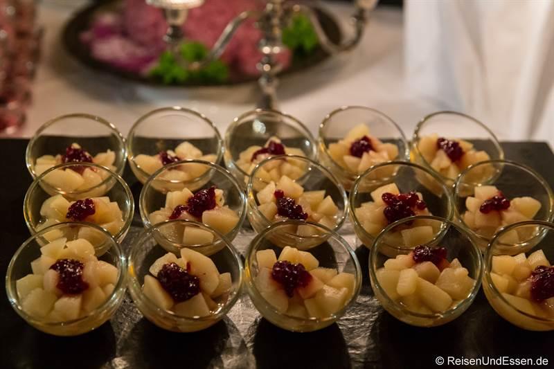 Birnenkompott mit Preiselbeeren zum Dessert