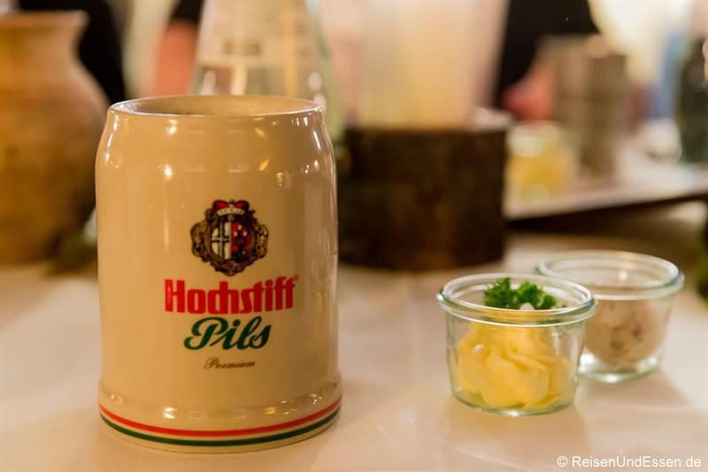 Frisch gezapftes Bier im Tonkrug