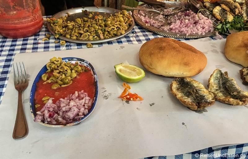 Imbiss mit frittiertem Fisch in Marrakesch