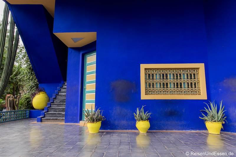 Terrasse beim Haus von Yves Saint Laurent im Jardin Majorelle in Marrakesch