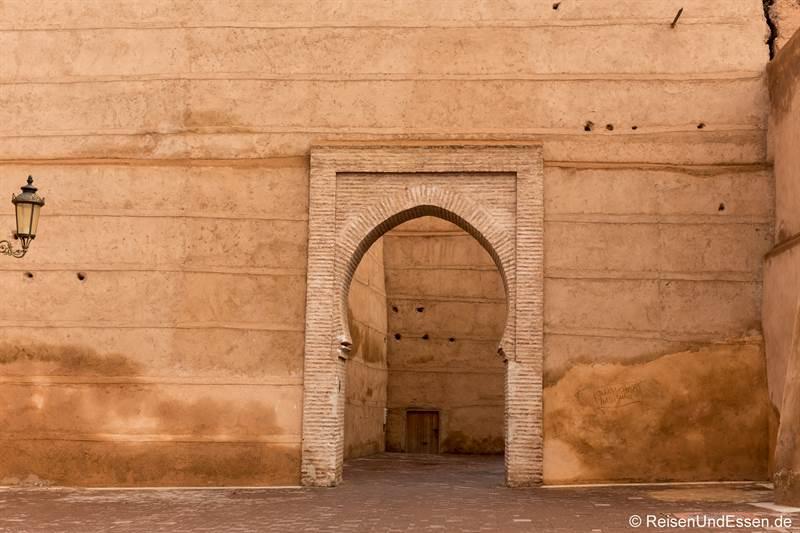 Stadtmauer und Tor in Marrakesch