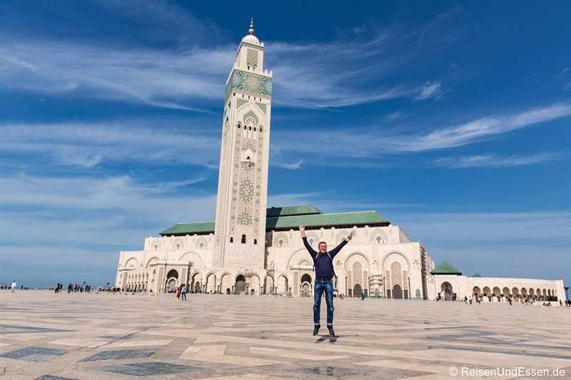 Sprung vor der Hassan II Moschee in Casablanca