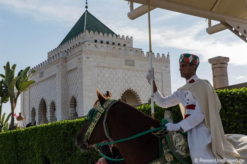 Reiter vor dem Mausoleum in Rabat