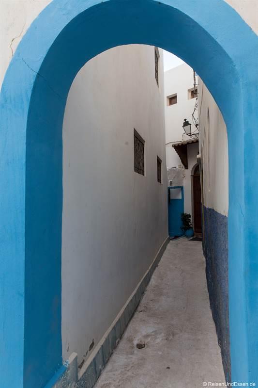 Gasse mit Torbogen in die Medina von Rabat