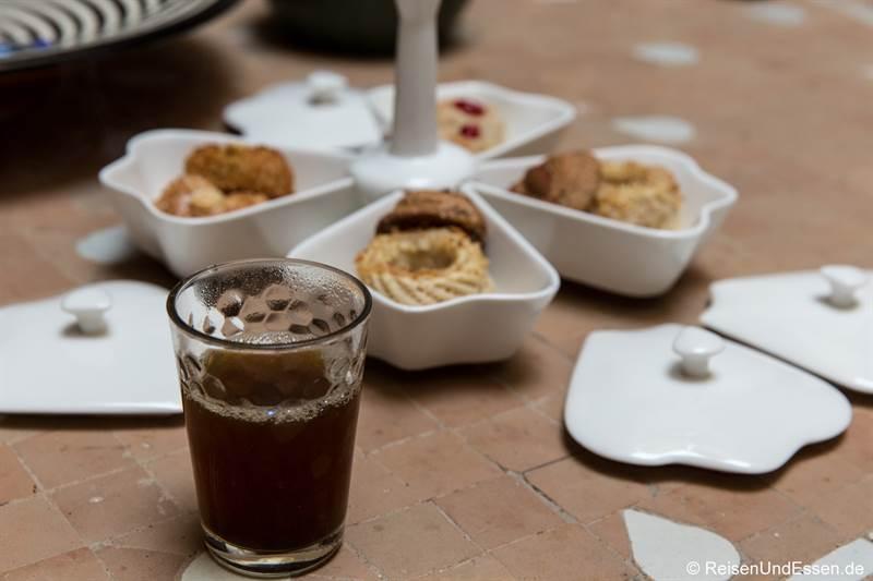 Tee und Süßigkeiten im Riad Dar Soufa in Rabat