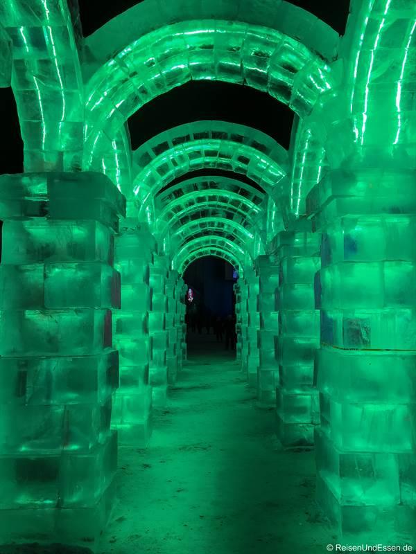 Gang mit Bögen beim Eisfestival in Harbin