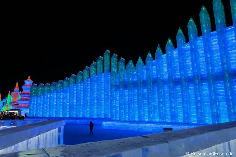 Mauer aus Eis beim Eisfestival in Harbin