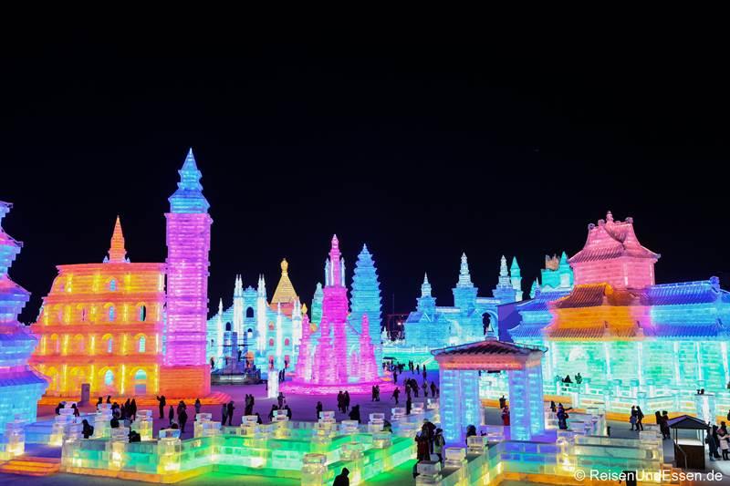 Blick auf die Gebäude beim Eisfestival in Harbin
