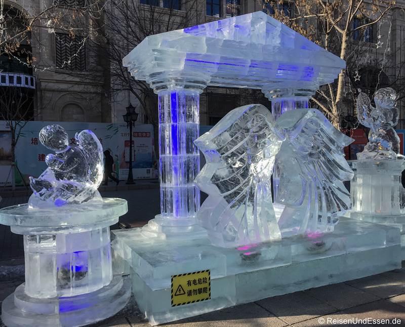 Eisskulptur in der Zhongyang Strasse in Harbin