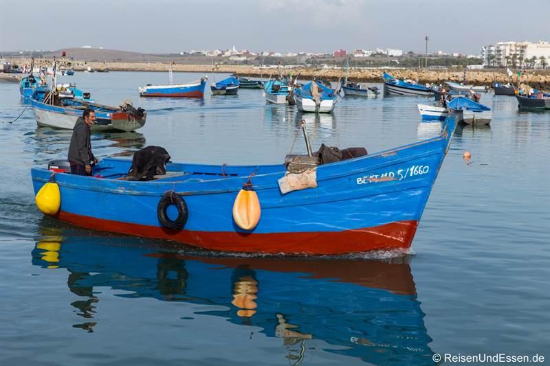 Fischer im Hafen von Asilah