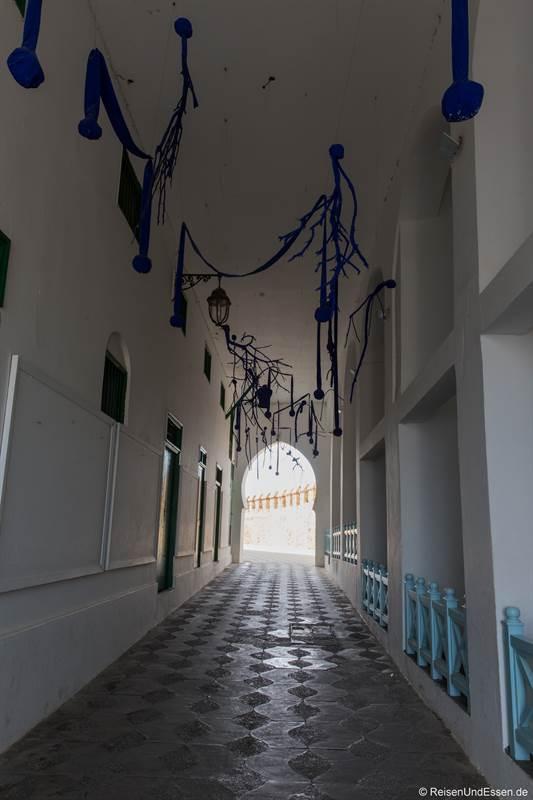 Passage mit blauen Ornamenten