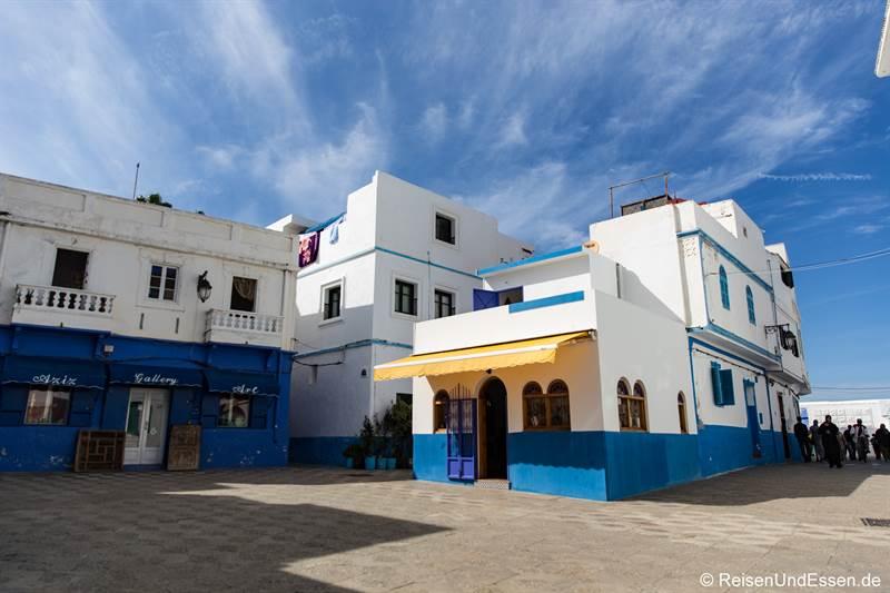 Platz mit blauen Häusern