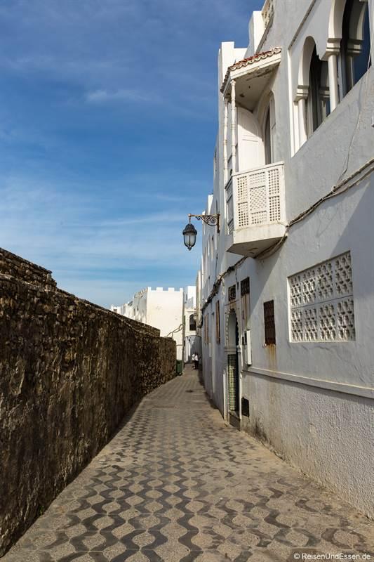 Gasse an der Stadtmauer am Meer