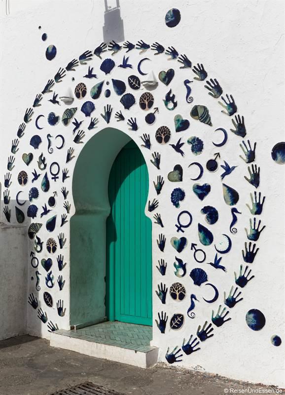 Tür mit Ornamenten gegen das Böse