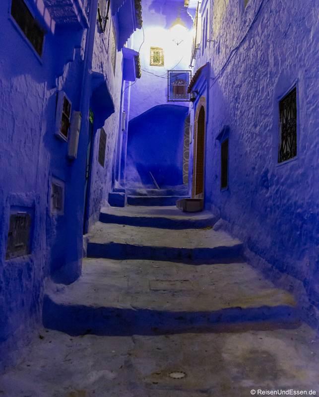 Gasse in blau bei Nacht