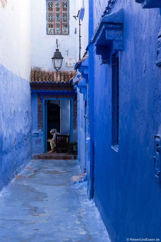 Frau in der blauen Stadt Chefchaouen