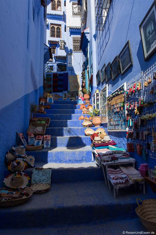 Gasse mit Souvenirs in Chefchaouen
