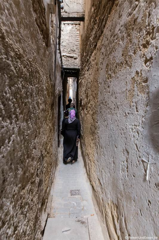 Enge Gasse in der Medina von Fes