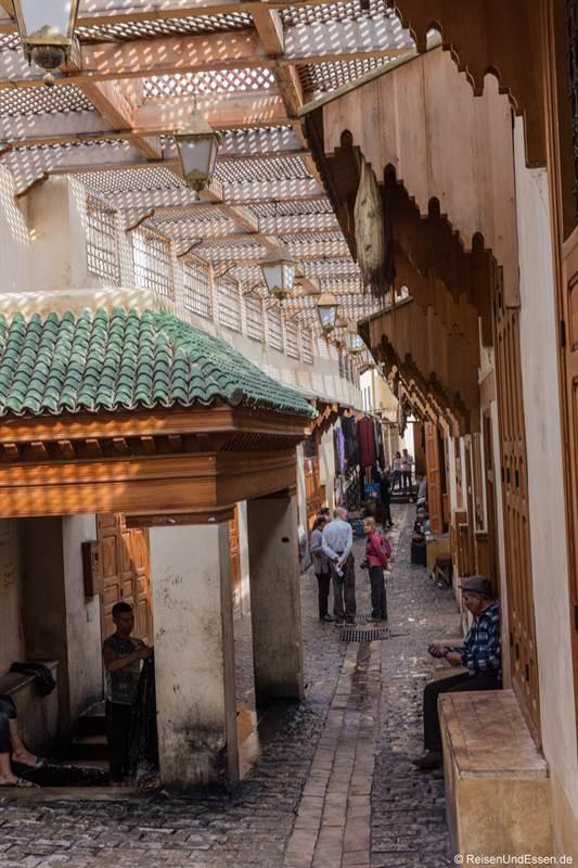 Gasse und Waschstelle in der Altstadt von Fes