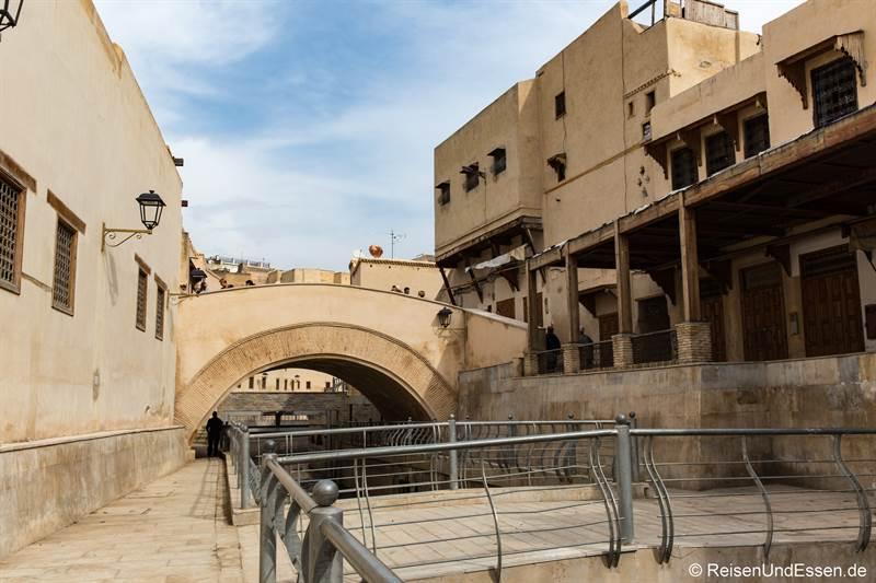 Häuser am Fluss Oued Bou Khrareb in der Altstadt
