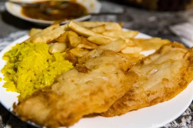 Fisch mit Reis und Pommes