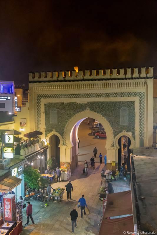 Blick auf das blaue Tor von einem Restaurant