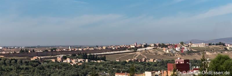 Blick auf die kilometerlange Stadtmauer - Sehenswürdigkeiten in Meknes