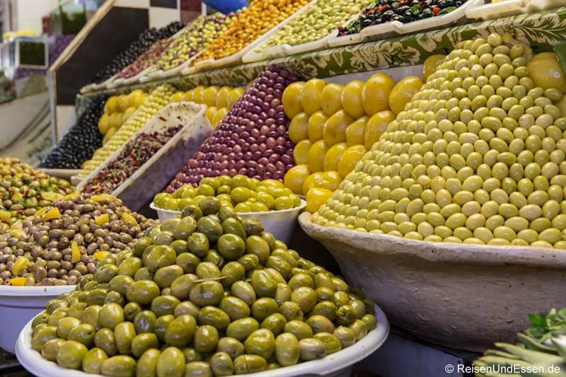 Oliven bei einem Stand in den Souks
