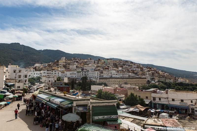 Strasse mit Verkaufsständen in Moulay Idriss