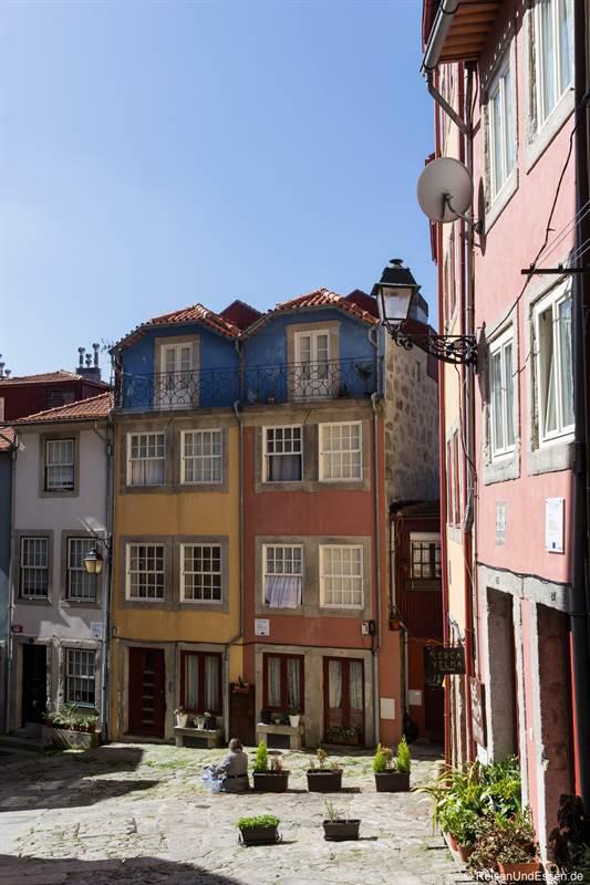 Kleiner Platz in der Altstadt von Porto