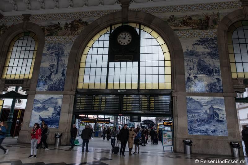Halle im Bahnhof Sao Bento in Porto