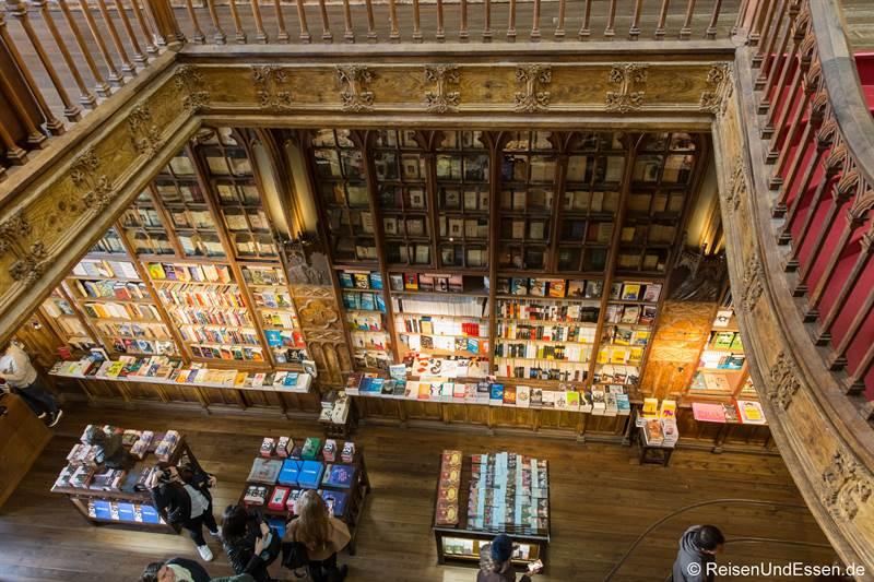 Blick von oben in den Buchladen Livraria Lello