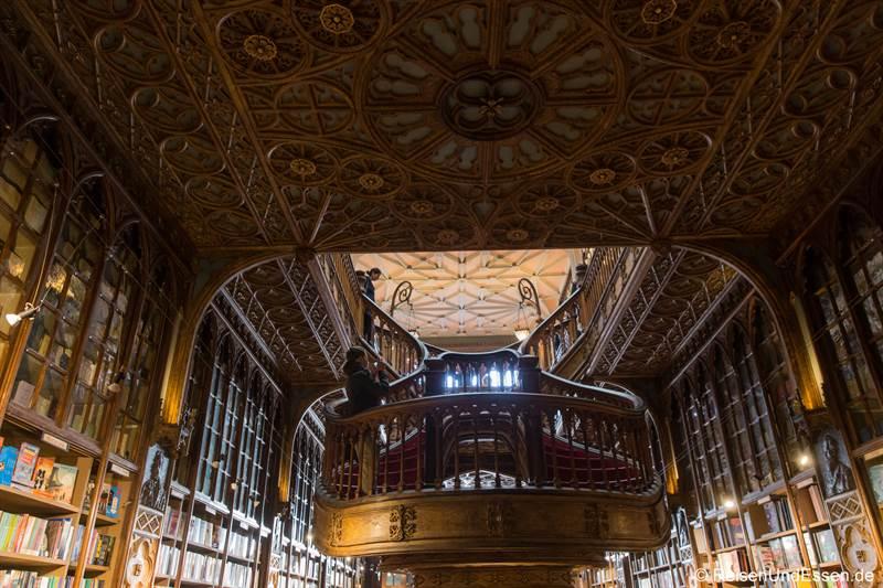 Blick von hinten auf die Treppe im Buchladen Livraria Lello