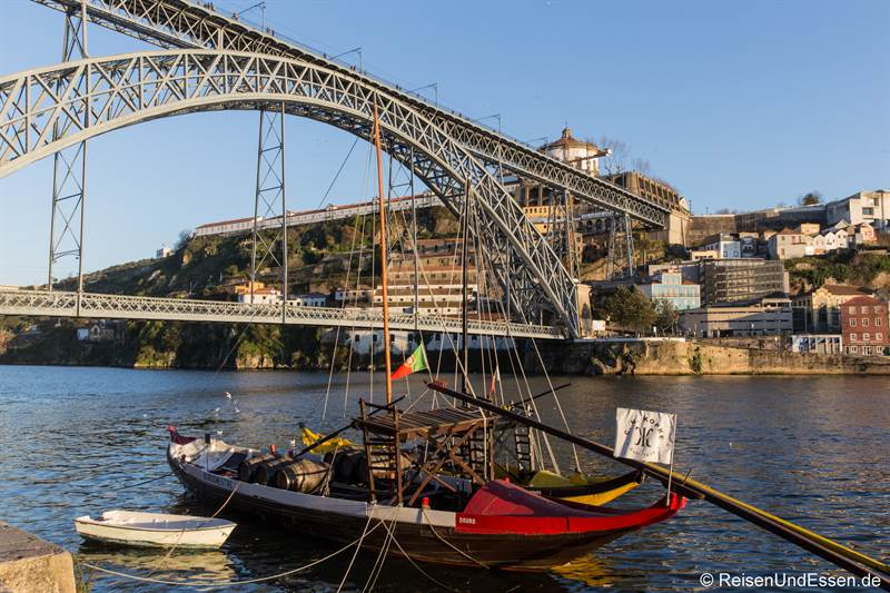 Portweinschiff im Douro vor der Brücke Luis I