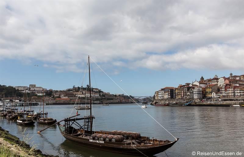 Portweinschiff im Douro bei Vila Nova de Gaia