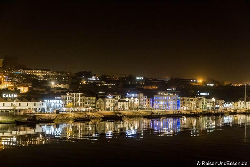 Ufer bei der Vila Nova de Gaia bei Nacht