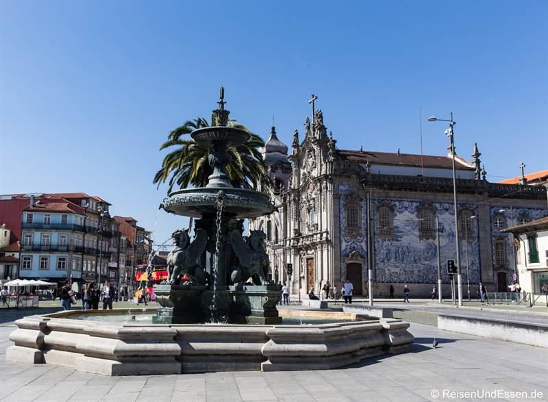 Brunnen und Kirche Igreja do Carmo