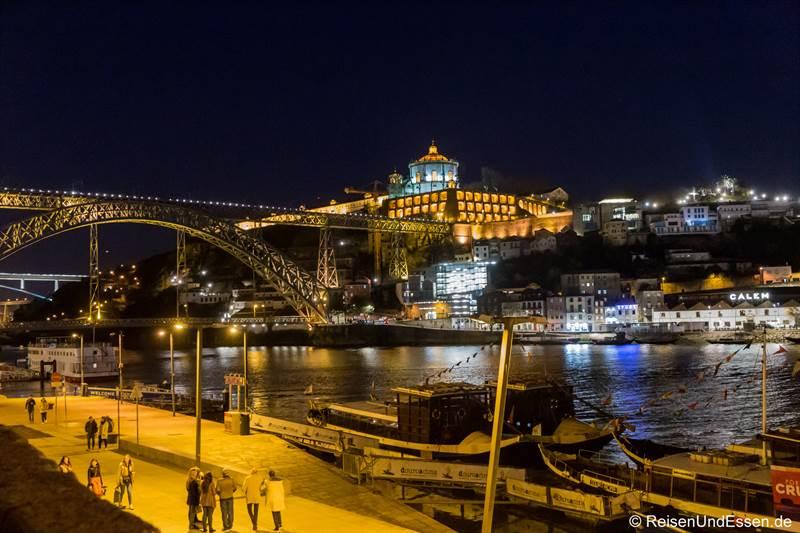 Blick auf die Ponte Luis I und Igreja da Serra do Pilar bei Nacht