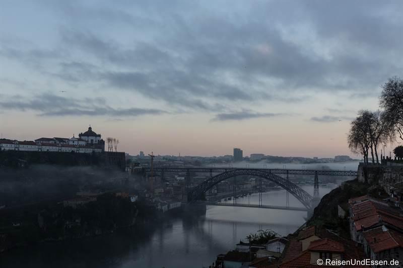 Blick auf die Ponte Luis I und Igreja da Serra do Pilar im morgendlichen Nebel