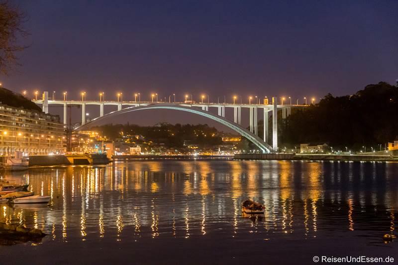 Blick auf die Ponte da Arrabida bei Nacht